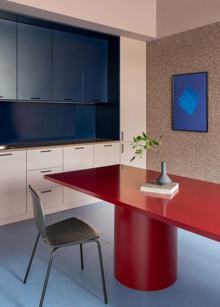 stół-sala-kuchnia-biura-inspiracje-kontrast