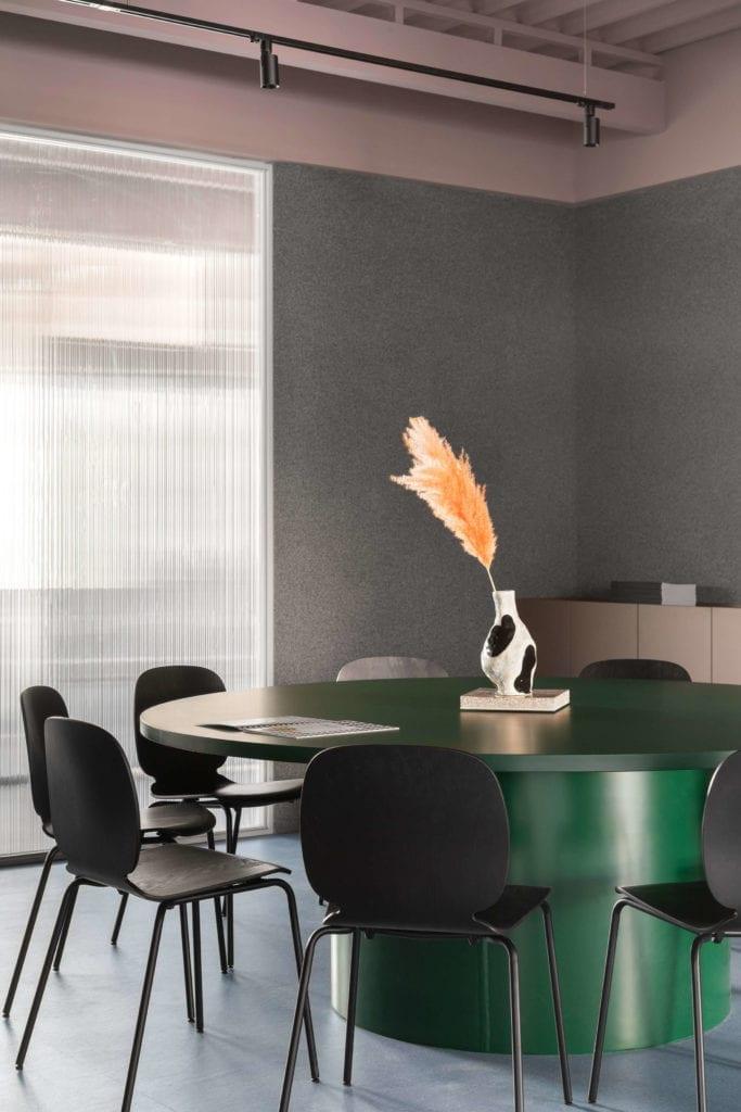 nowoczesny-dizajn0biuro-sala-konferencyjna-wnętrze-stół-krzesła