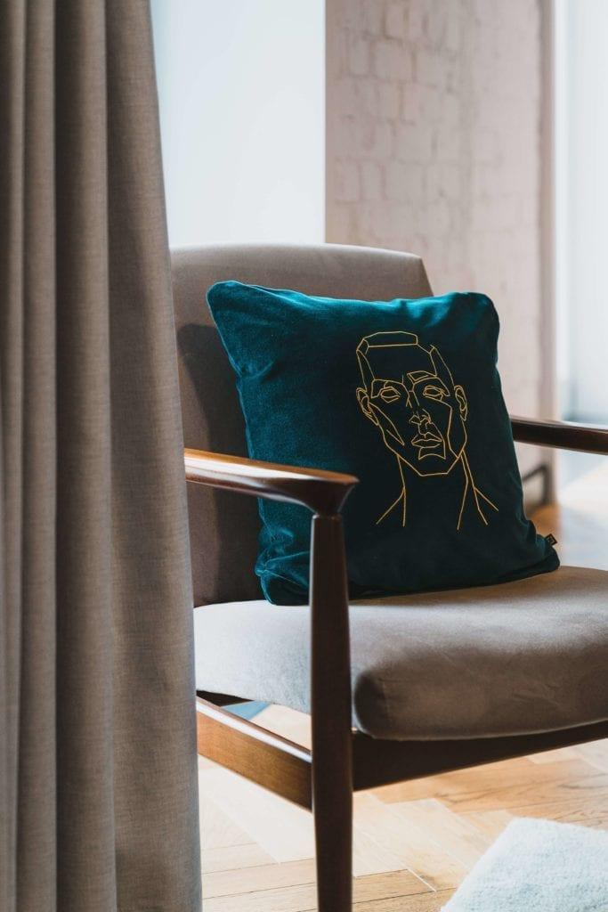 rzemiosło-artystyczne-inspiracje-obraz-szkic-poduszka-krzesło