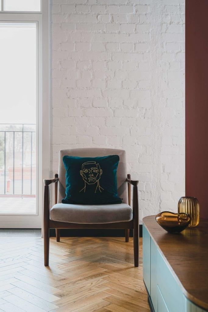 rzemiosło-artystyczne-inspiracje-obraz-szkic-poduszka-krzesło-drewno-salon-inspiracje