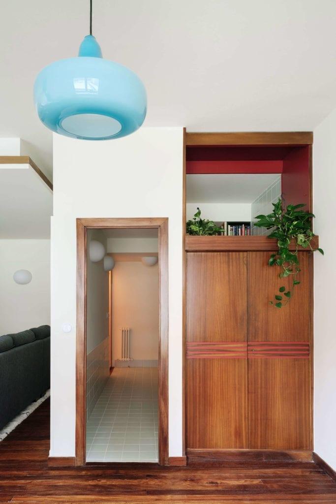 stare-wnętrze-inspiracje-drewno-lampa-szafa-półka-podłoga