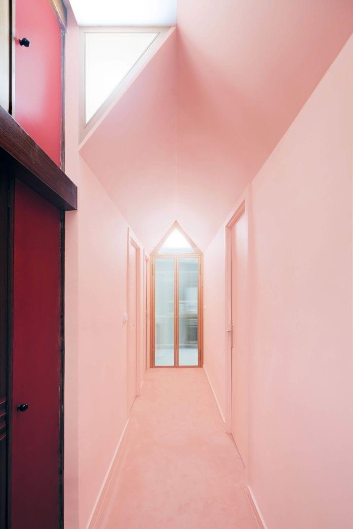 różowe-ściany-piękne-wnętrze-stare-inspiracje-korytarz