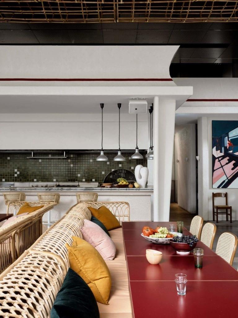 wystrój-restauracji-inspiracje-wnętrze-drewno-rattan-biel-nowoczesne-stół-krzesła