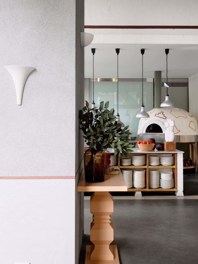 włoska-restauracja-inspiracje-piec-wnętrze-biel-lamoa-rośliny