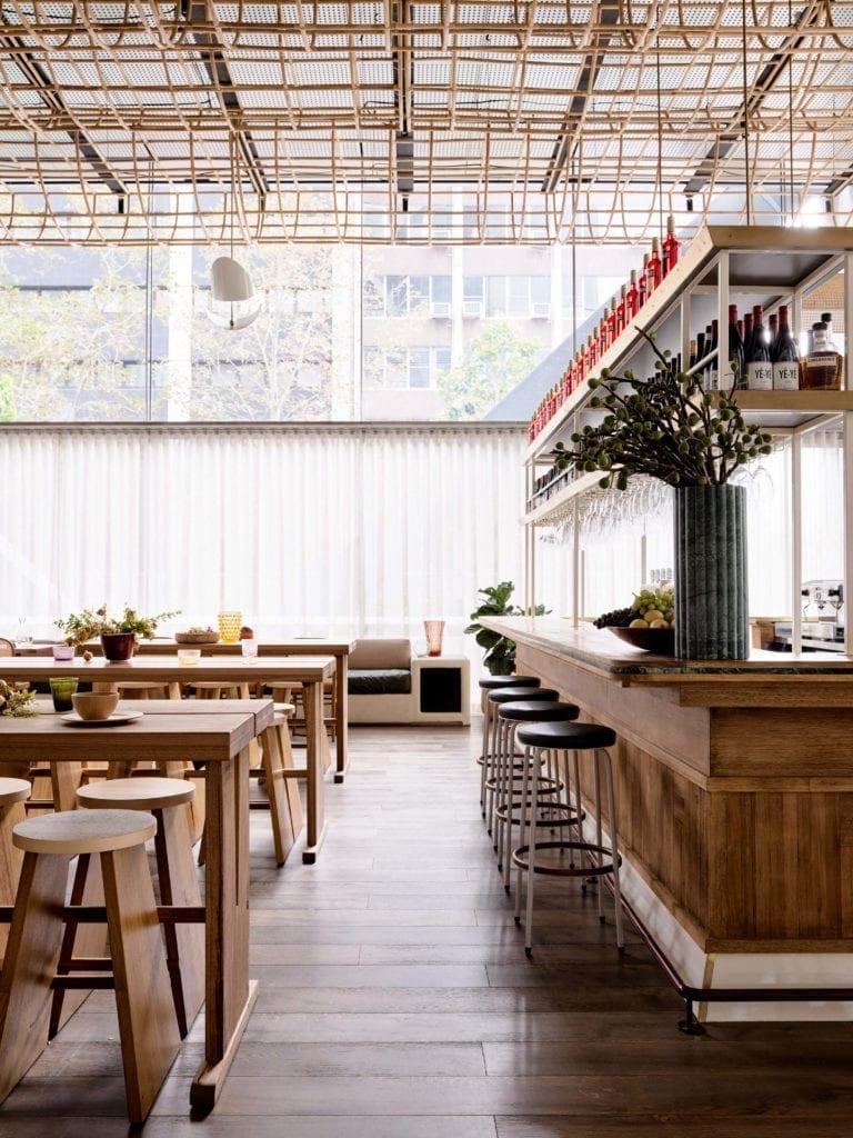 wystrój-restauracji-inspiracje-wnętrze-drewno-rattan-biel-nowoczesne-stół-krzesła-bar-chokery