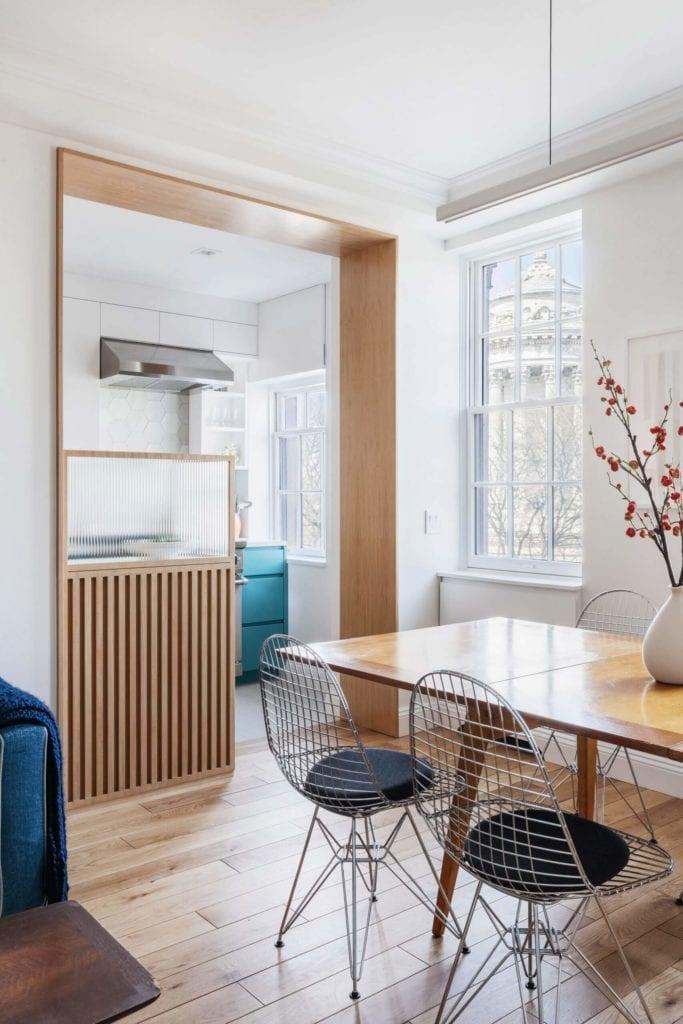 białe-wnętrze-aranżacje-inspiracje-salon-jadalnia-drewno-stół-krzesła