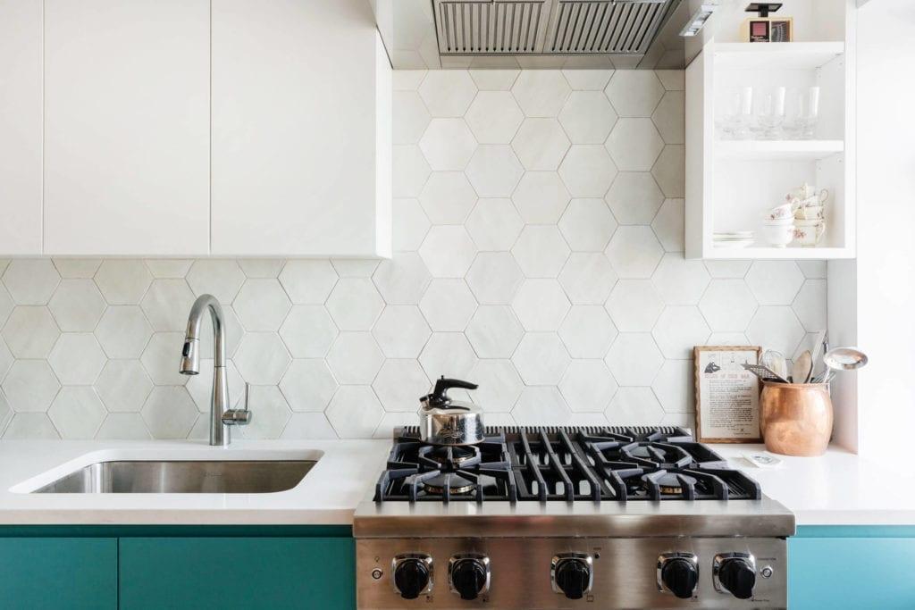 białe-wnętrze-aranzacje-inspiracje-kuchnia-szafki