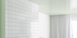 biało-zielona-łazienka-inspiracje-płytki-wanna