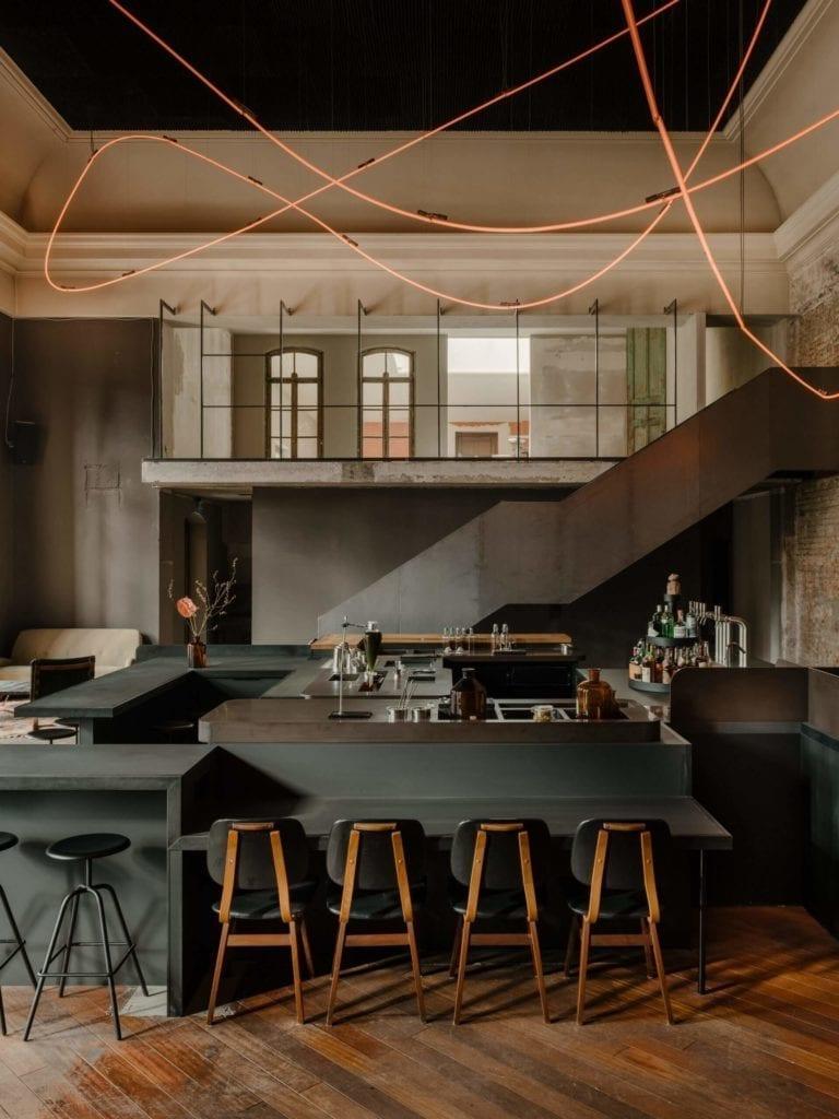 eklektyczne-wnęrze-inspiracje neon-bar-restauracja-wtstrój-drewno-wyspa-remont-ciemny-bar-stoliki-stół-krzesła-hokery