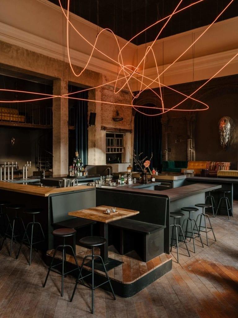 eklektyczne-wnęrze-inspiracje neon-bar-restauracja-wtstrój-drewno-wyspa-remont-ciemny