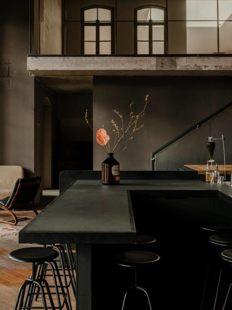 bar-inspiracje-stołek-wnętrze-beton-industrial