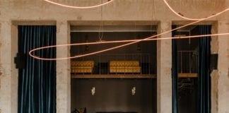 eklektyczne-wnętrze-restauracji-inspiracje-neon-bar-ciemne-ściany-beton-loft-industrial