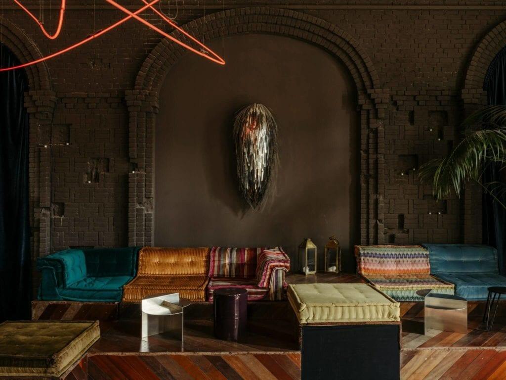 inspitacje-eklektyczne-wnętrze-sofa-kanapy-neon-bar-restauracja