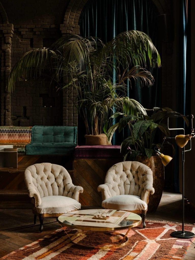 fotel-inspiracje-loft-eklektyczne-wnętrze-restauracja-kink-stolik-rośliny-bar