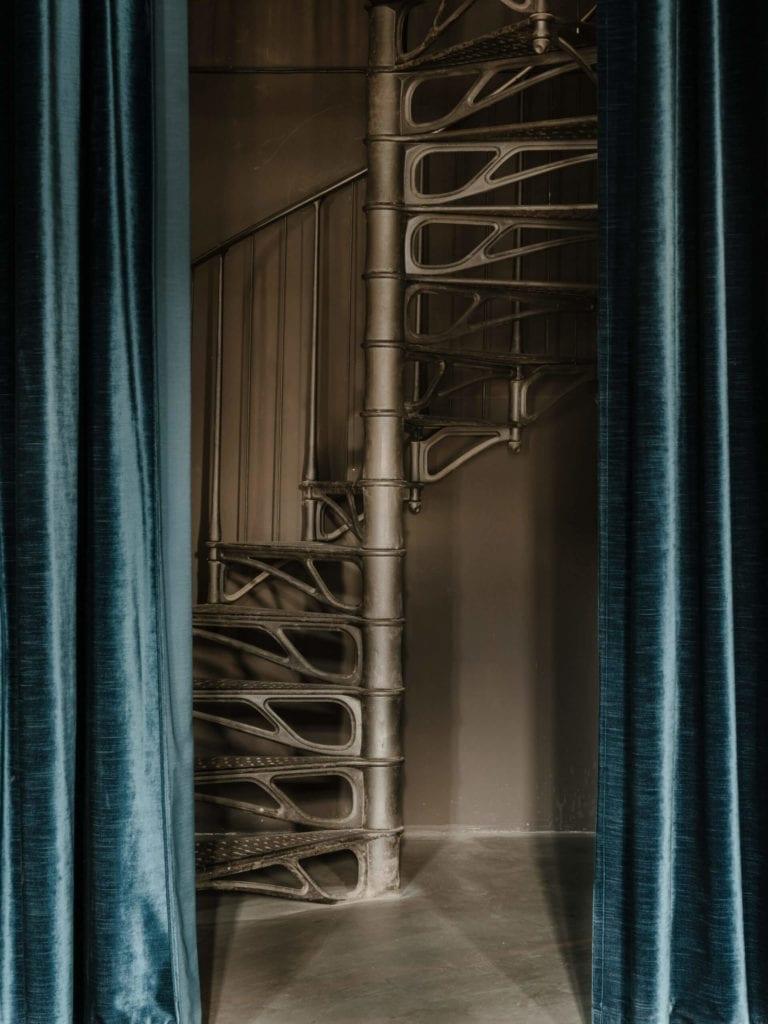 schody-kręcone-inspiracje-metlowe-zasłony