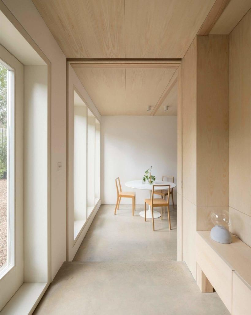 minimalizm-we-wnętrzu-kuchnia-jadalnia-wnętrze-drewno-beton-stół-krzesła
