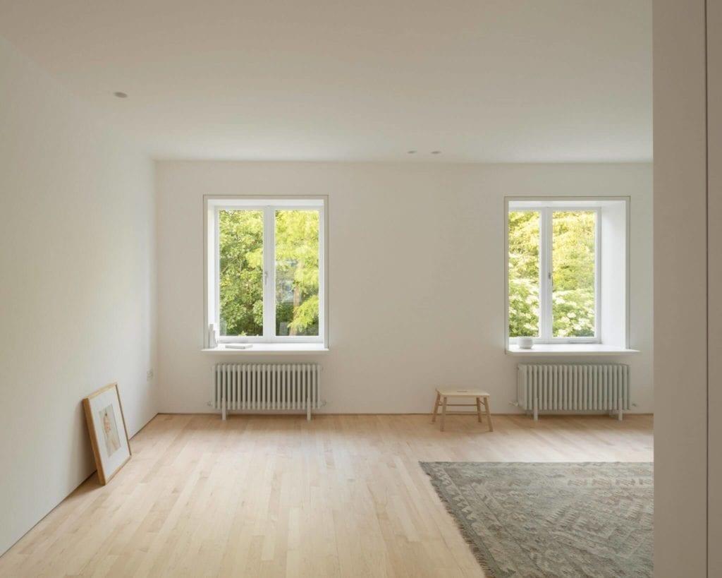 sypialnia-biel-inspiracje-wnętrze-drewno