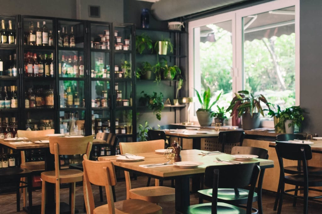 las-piękne-restauracje-warszawy-inspiracje-lokal-wnętrze-wystrój-drewno-stoliki-krzesła-klimat