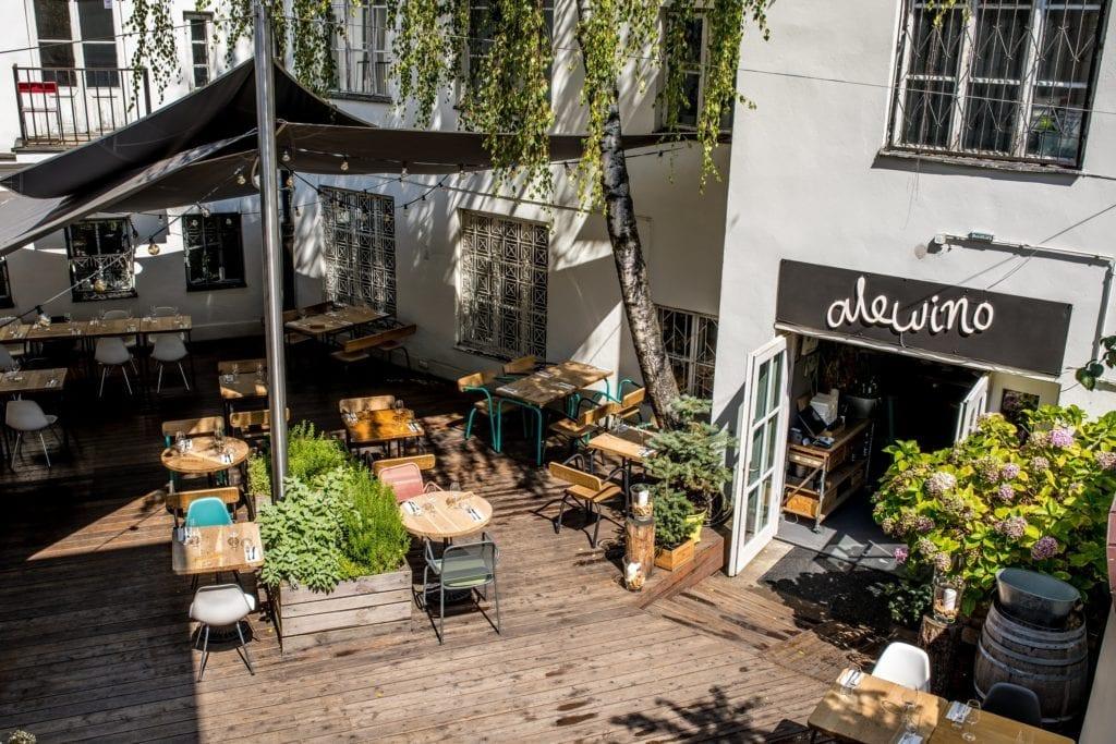 alewino-inspiracje-restauracja-ogródek-drewno-zieleń