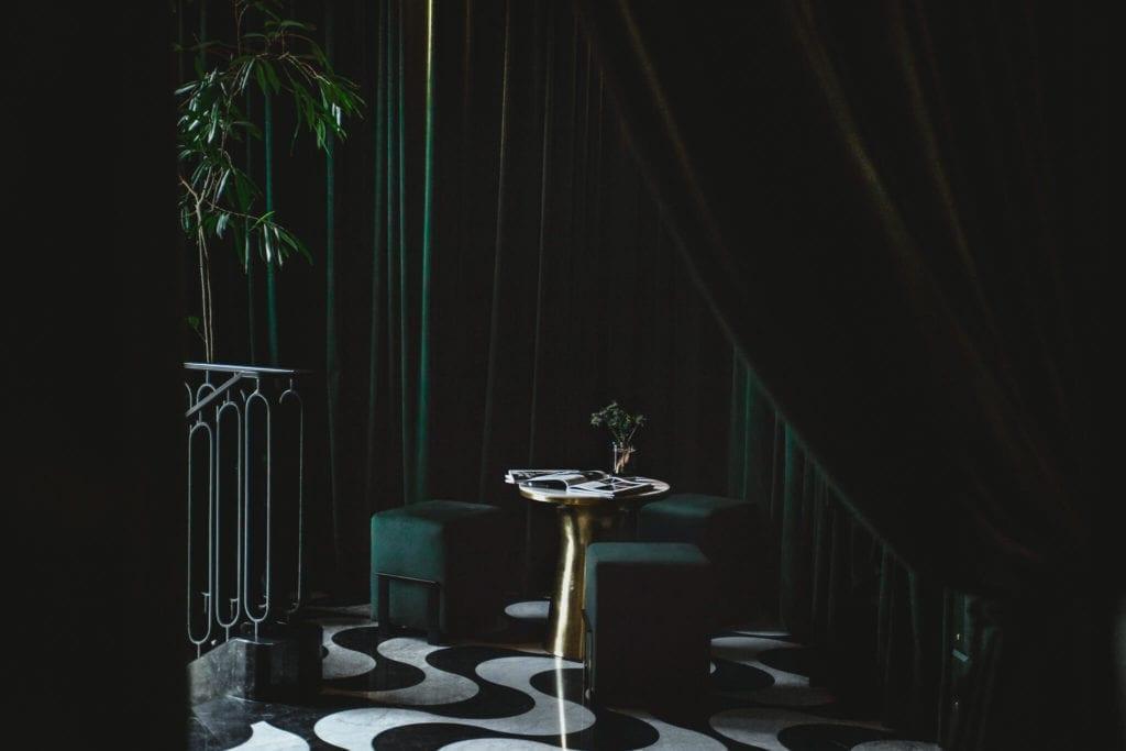 wnętrze-restauracji-piękne-inspiracje-wystrój-ciemne-kolory-ścian