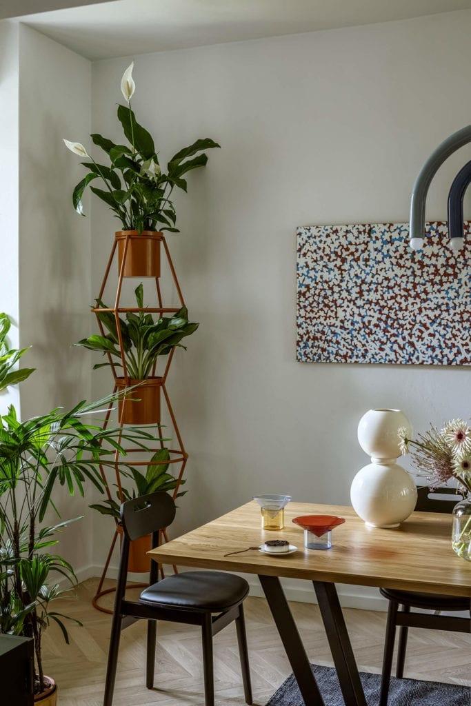 kwietnik-inspiracje-salon-krzesło-obraz-drewno