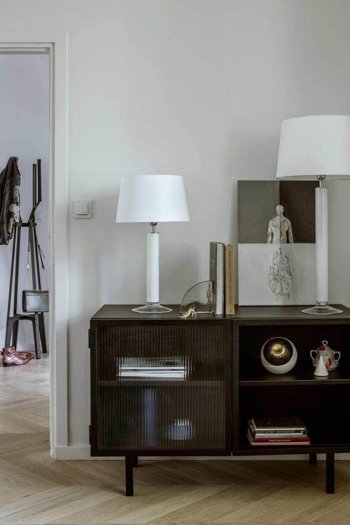 salon-wnętrze-drewniana-podłoga-lampa-komoda-regał-polskie-wnętrza