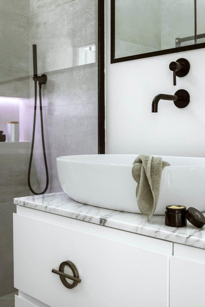 komoda-inspiracje-wnętrze-biel-lustro-umywalka-bateria