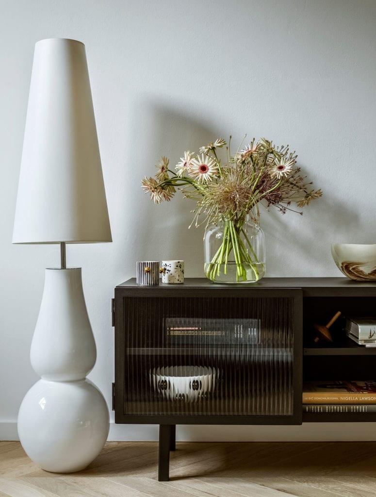 stolik-lampa-komoda-regał-salon-polskie-wnętrza-rośliny-kwiaty