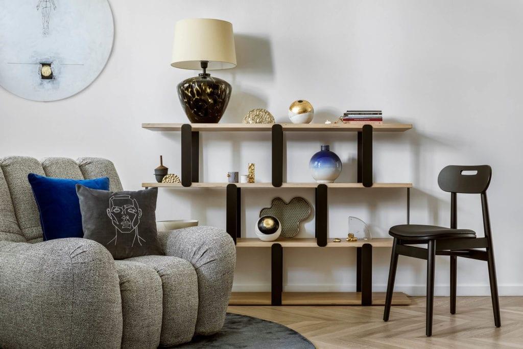 salon-polskie-wnętrza-inspiracje-fotel-krzesło-regał-lampa-polskie-marki