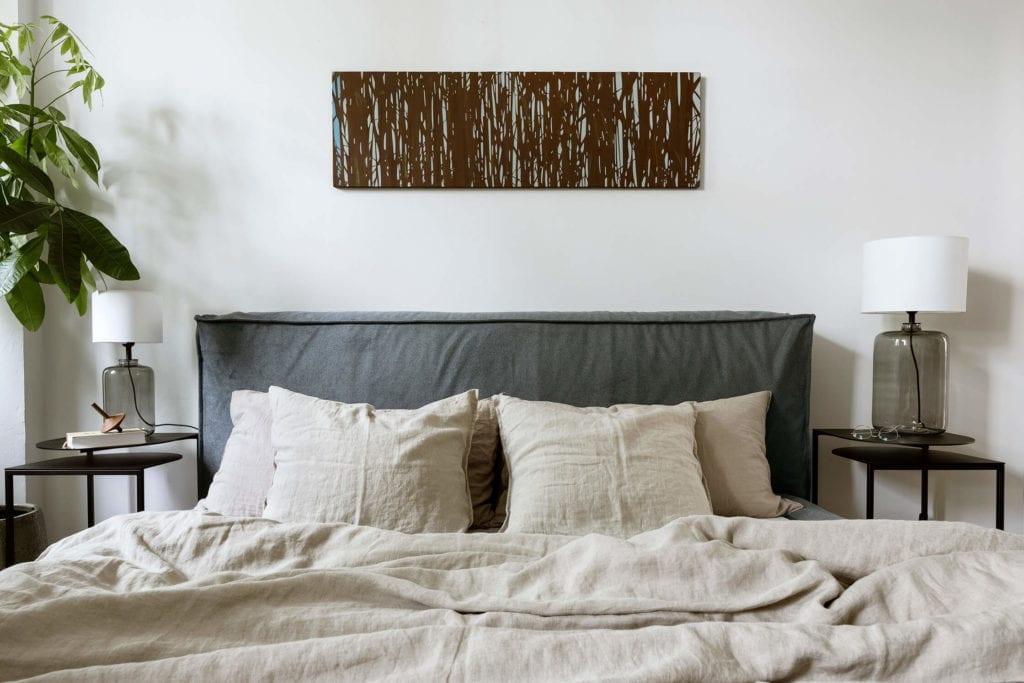 sypialnia-łóżko-inspiracje-poduszki-polskie-wnętrza-lampa-koc