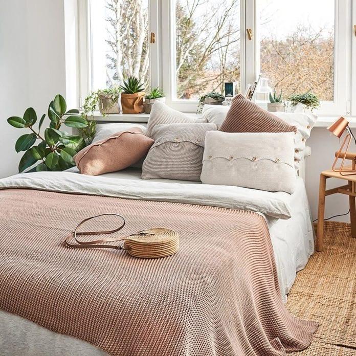 lepszy-sen-sypialnia-łóżko-inspiracje-wnętrze-koc-poduszka