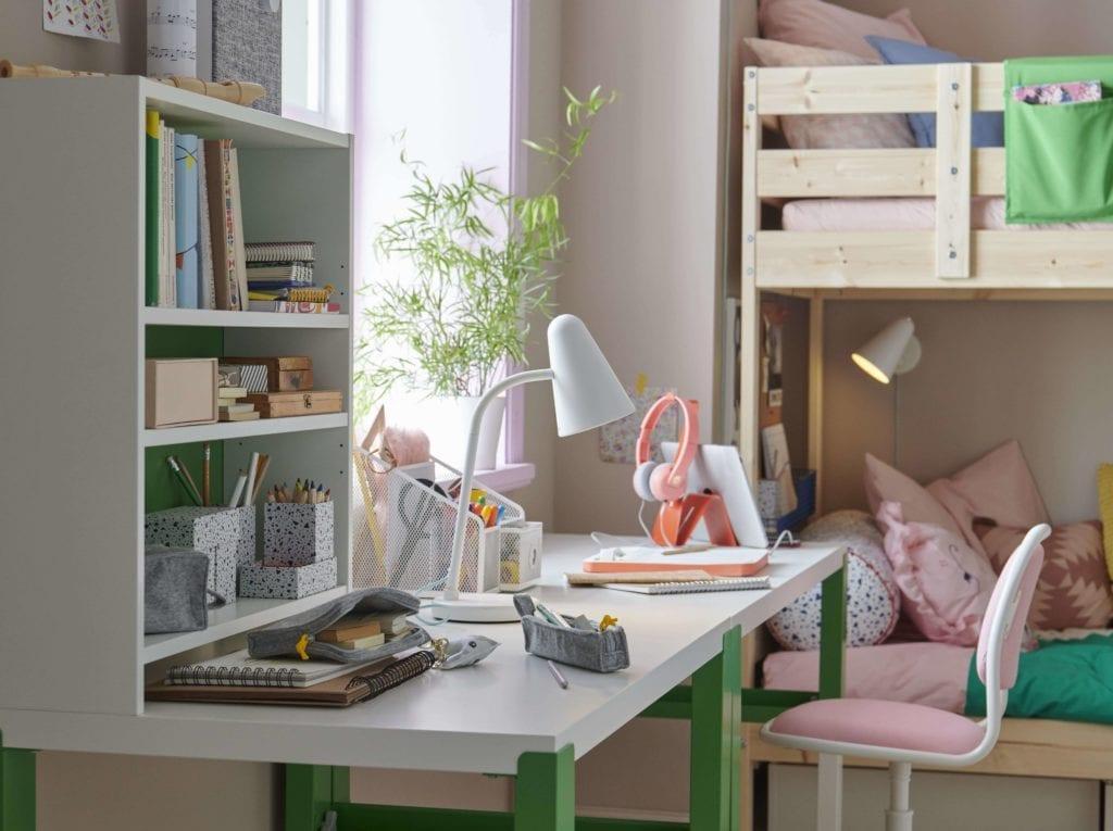 nowy-rok-szkolny-biurko-lampa-inspiracje-wnętrze-pokój-dziecięcy-krzesło-fotel-łóżko-aranżacja-regał