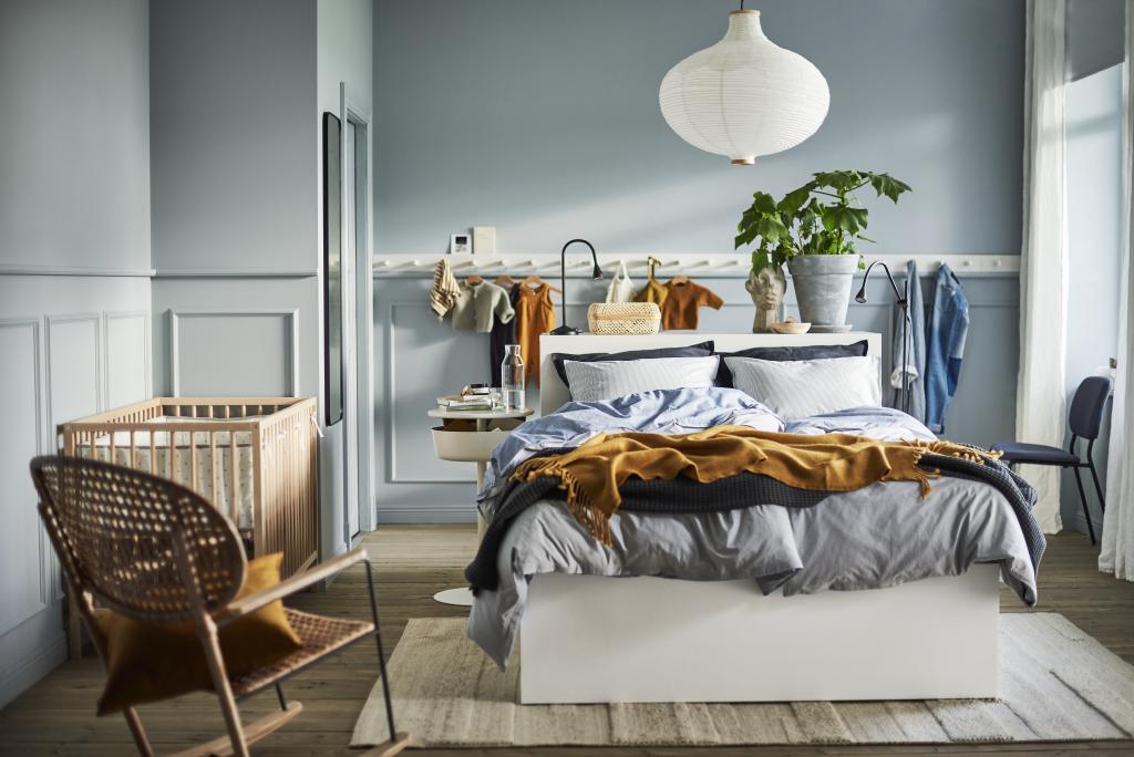 Katalog-ikea-2021-łóżko-sypialnia-inspiracje-wnętrze-fotel