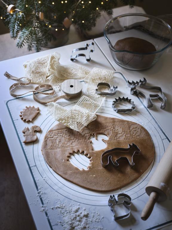 Świąteczny klimat, pierniki, stół kuchenny, dekoracje świąteczne