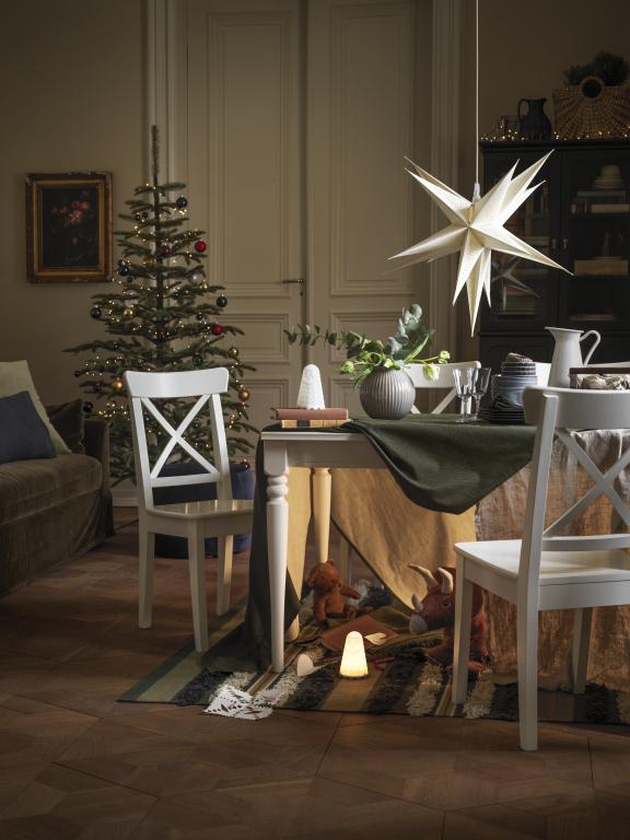 Świąteczny klimat, stół zastawiony na Święta, lampa gwiazda, choinka
