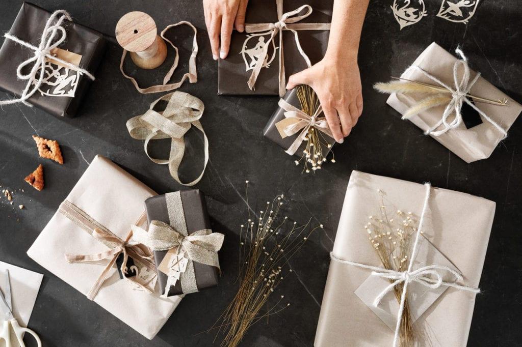 Łatwe ozdoby świąteczne, zapakowane prezenty, ozdoby świąteczne, naturalne materiały, naturalna kompozycja świąteczna