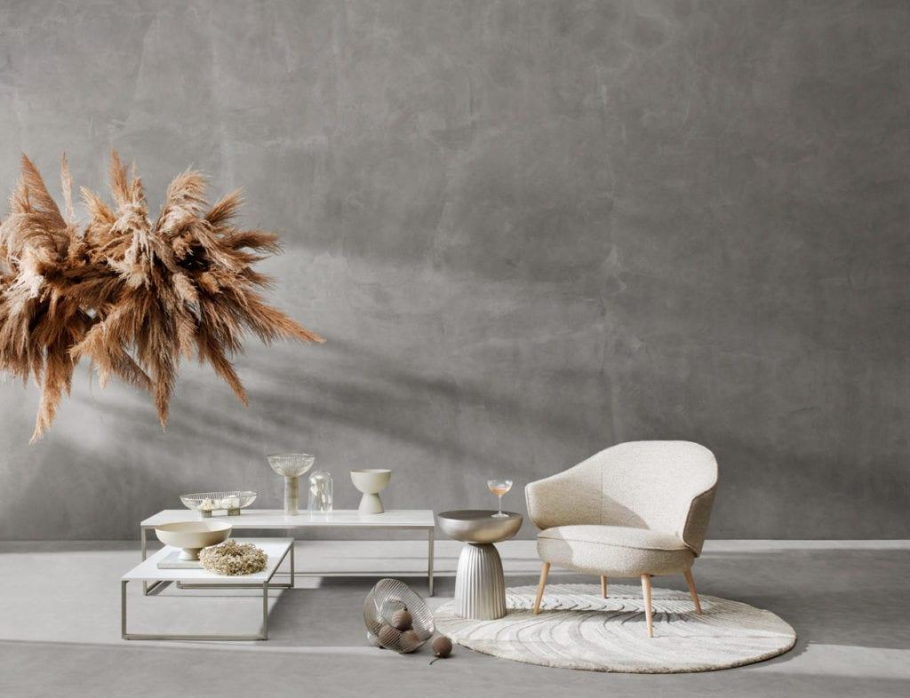 Łatwe ozdoby świąteczne - trawa pampasowa jako dekoracja nad stół, jasny fotel, wazony, patery BoConcept