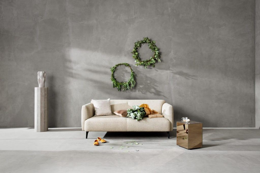 Łatwe ozdoby świąteczne, beżowa sofa, naturalna kompozycja, świąteczne wieńce na ścianę
