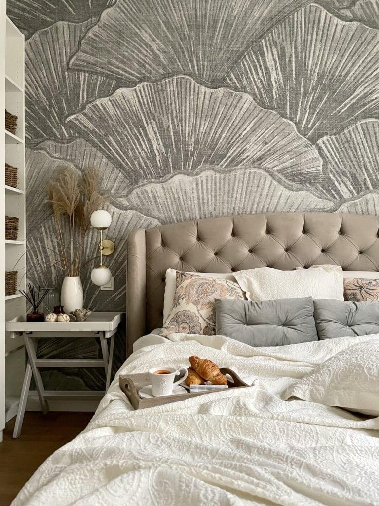 Aranżacja-małej-sypialni-z-szafą-tapeta-LondonArt