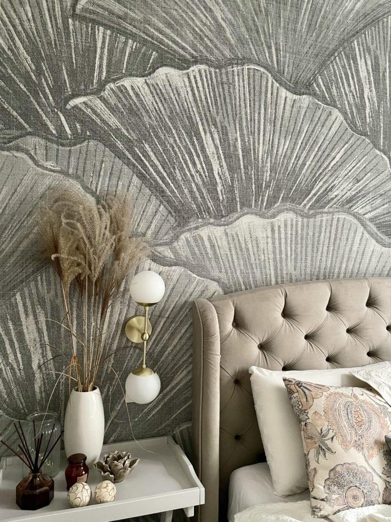 Aranżacja-małej-sypialni-łóżko-tapeta-LondonArt