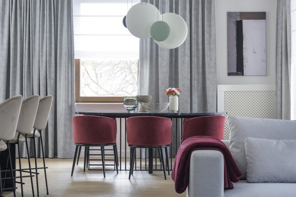 Wystrój-salonu-z-jadalnią-stół-krzesła-lampa