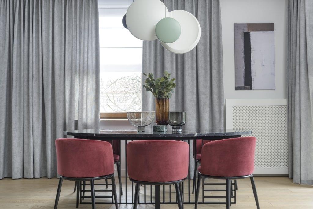 Wystrój-salonu-z-jadalnią-stół-krzesła-bordowe