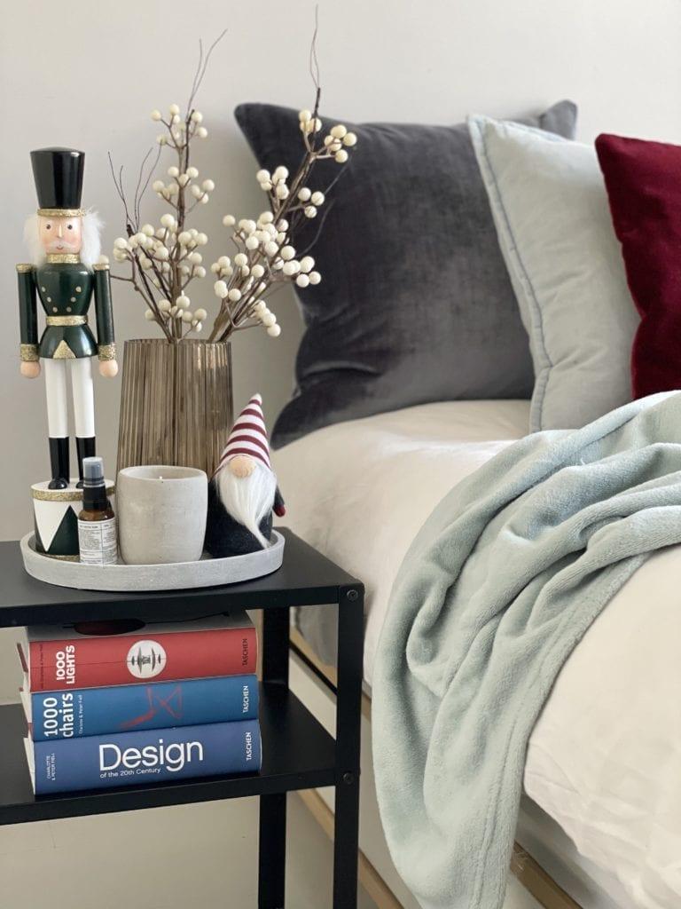 Jak-ozdobić-mieszkanie-na-Święta-książki-sypialnia-poduszki