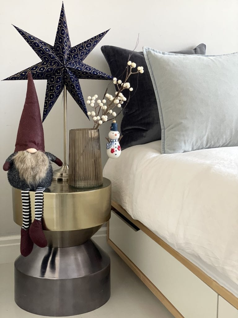Jak-ozdobić-mieszkanie-na-Święta-lampka-sypialnia