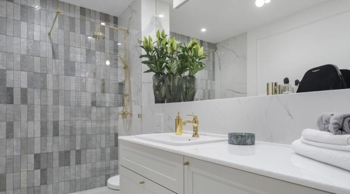 Jasna łazienka - biały marmur, sztukateria i złote dodatki