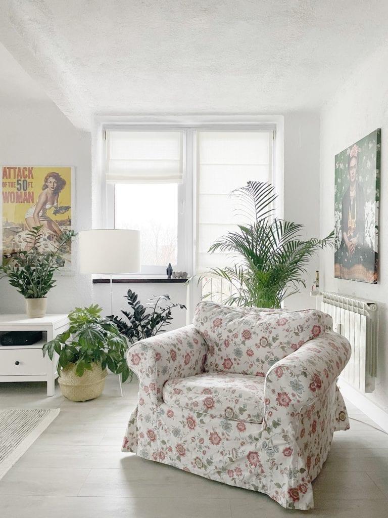 salon-kuchnia-jadalnia-rolety-rzymskie-fotel-w-kwiaty
