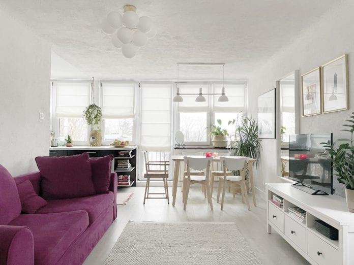 Przytulny-salon-kuchnia-jadalnia-rolety-rzymskie