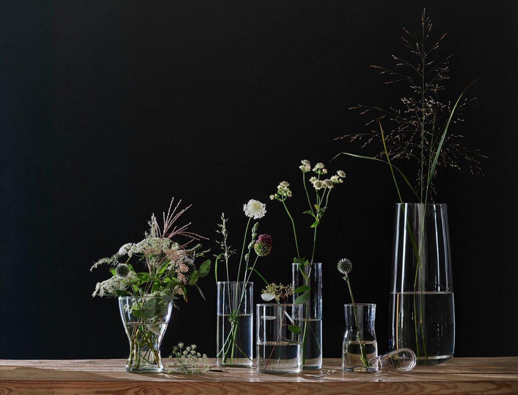 bezbarwne ozdobne wazony na kwiaty