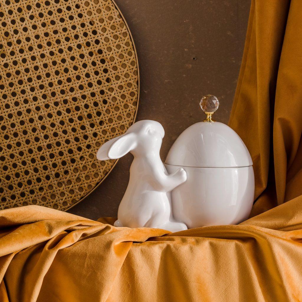 Wielkanocny stół dekoracje wielkanocne jajka króliczki